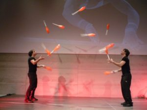 juggling_clubs_manuel_and_christoph_mitasch_11_club_passing
